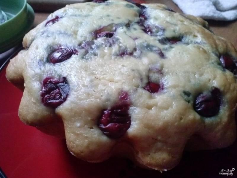 4. За время выпекания вишни поднимутся наверх (как и любые другие ягоды), поэтому не жалейте их в тесто.