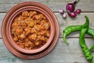 С помидор снимаем кожицу, измельчаем и добавляем в сковороду. Тушим икру до испарения жидкости уже без крышки. По вкусу добавляем соль и, по желанию, острый перец.