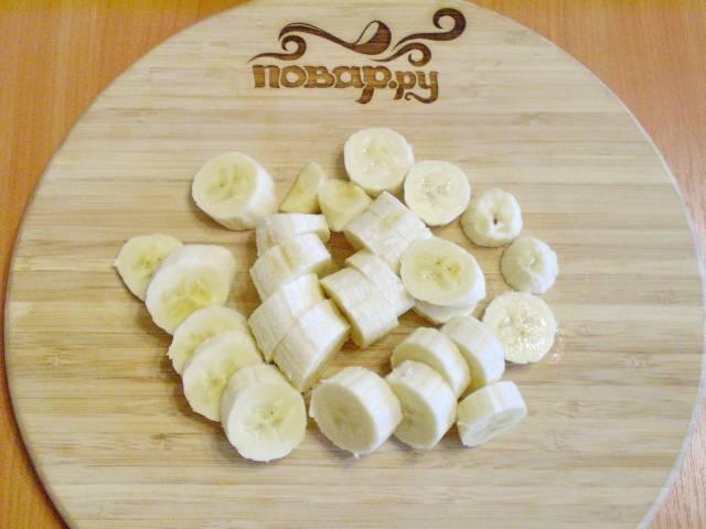 Очистите бананы от кожуры и порежьте небольшими кусочками.