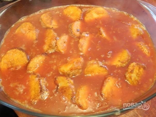 9. Заливаем все это горячей водой (2,5 стакана), прокипятим минуты 2-3. Затем выливаем соус в форму с картофелем.