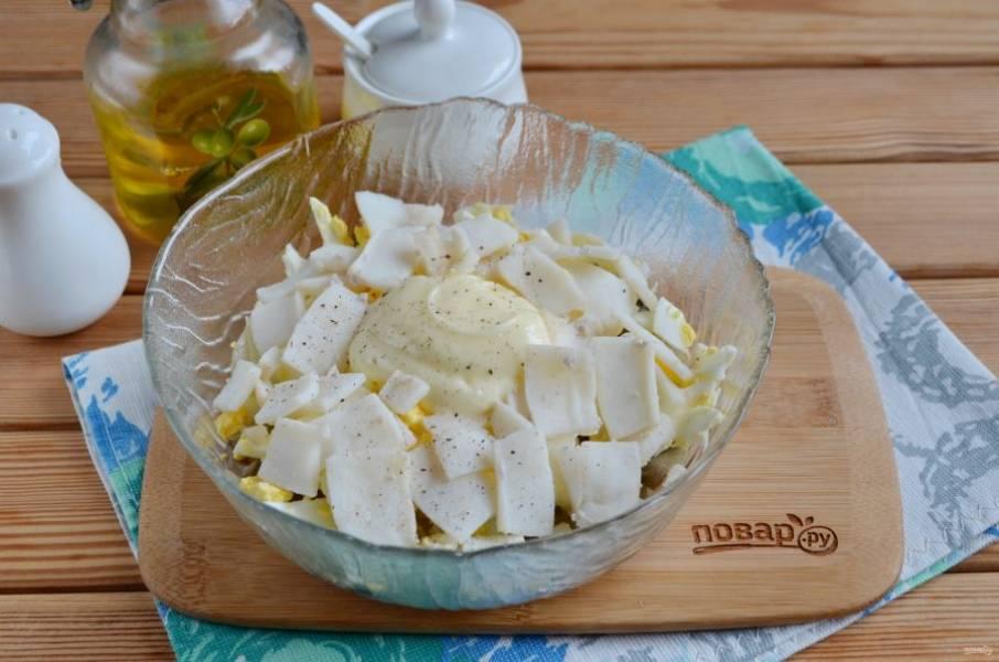 7. Добавьте кальмар, щепотку соли, перца молотого, майонез.