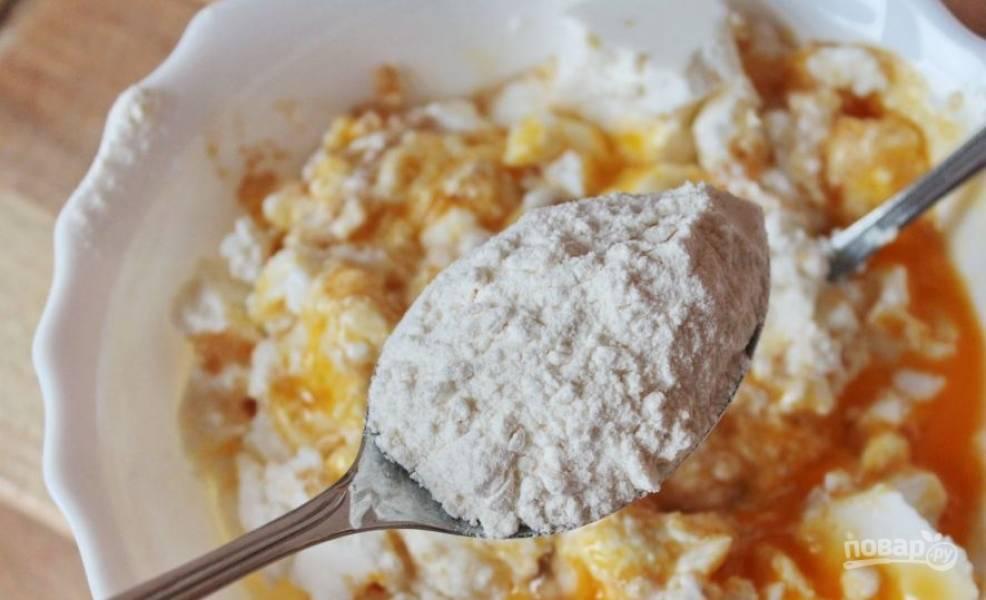 Затем просейте через сито пшеничную муку. Добавляйте ее частями и замесите гладкое и эластичное творожное тесто.