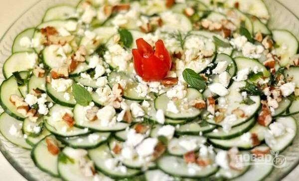 7. На тарелку с овощами вылейте заправку, добавьте орешки и сыр. Приятного аппетита!
