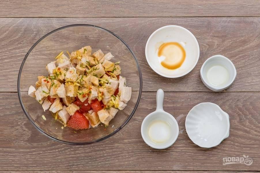 Куриные кубики переложите в салатник. К ним добавьте перчик, подсолнечное масло, соевый соус, грейпфрут (если выделился сок, его тоже добавьте), имбирь и лайм (сок и цедру). Всё как следует перемешайте.