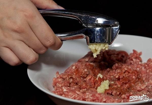 """6. А пока тесто """"отдыхает"""", можно заняться начинкой. Мясо вымойте, обсушите, пропустите через мясорубку. Добавьте измельченный чеснок, перец, соль и паприку."""
