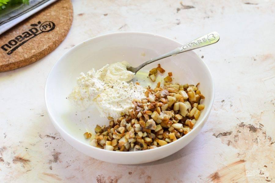В миску выложите творожный сыр, добавьте жареные грибы, соль и перец по вкусу.