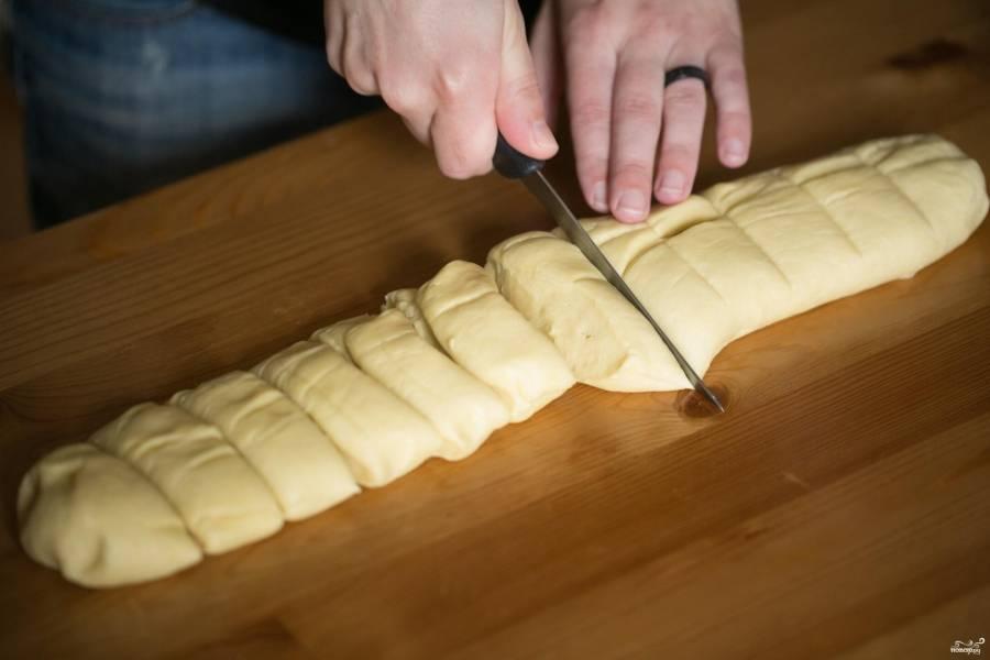 Затем тесто обомните и разделите на 12 равных частей, из них будем лепить булочки.