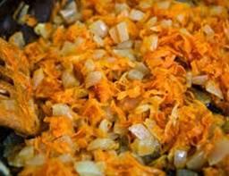 В казан, смазанный растительным маслом поочередно добавляем и жарим в нем лук, морковку, помидоры, болгарский перец. Когда закинули болгарский перец, держим огонь еще 5 минут. Потом добавляем шампиньоны и солим.