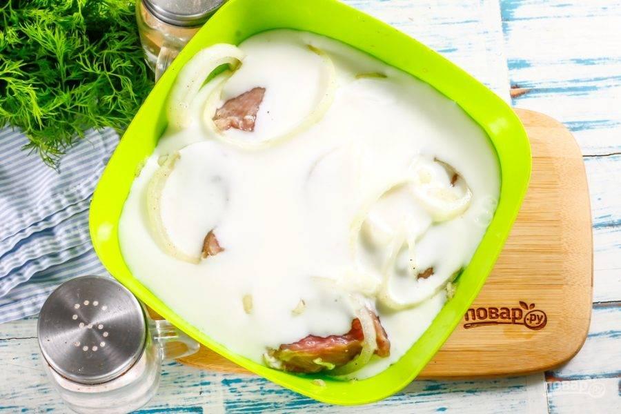 Влейте в емкость кефир любой жирности.