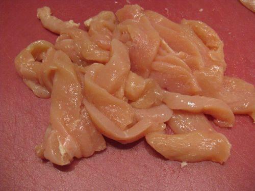 1. Куриное филе необходимо вымыть, слегка просушить и нарезать тонкими полосочками или небольшими кубиками.
