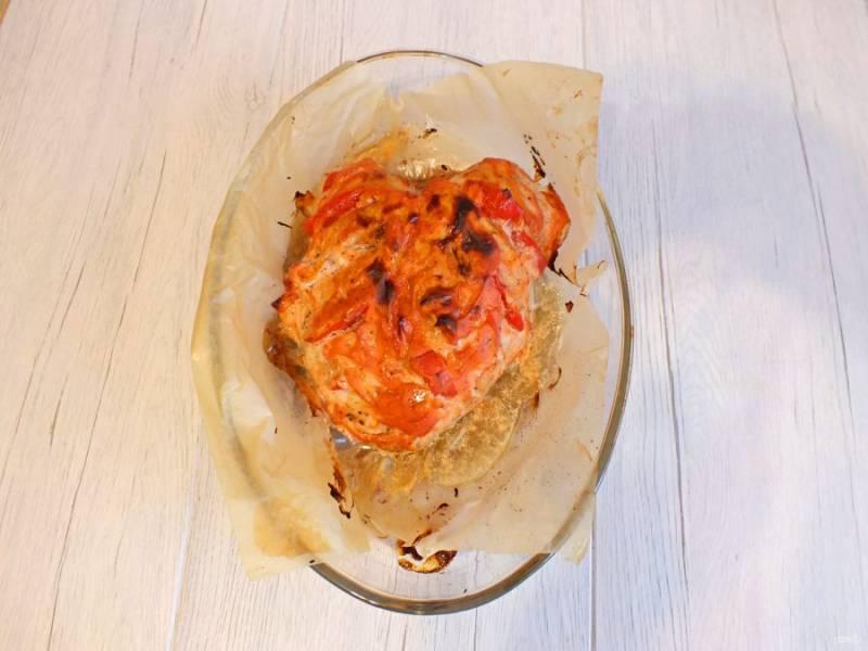 По истечении времени достаньте куриную грудку из духовки. Полейте ее выделившимся соком, сервируйте по желанию.