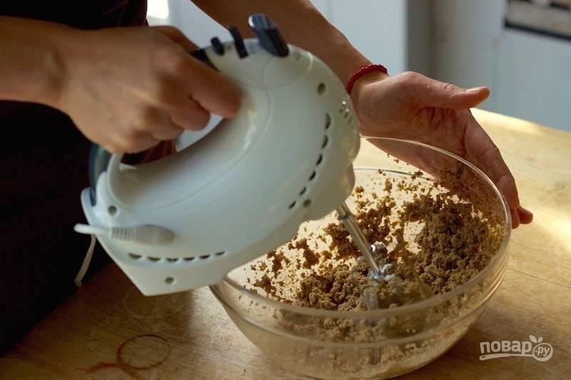 2. Соедините оба вида сахара с размягченным сливочным маслом, взбейте.