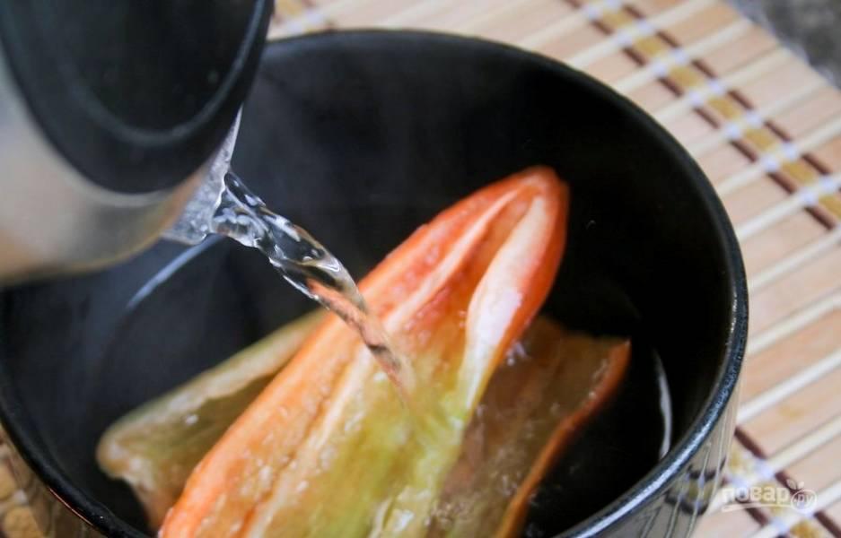 2. Удалите с чили все семена и зачистите перепонки. Обдайте перец чили кипятком и оставьте его на несколько минут, чтобы ушла ненужная нам горечь и чрезмерная острота.