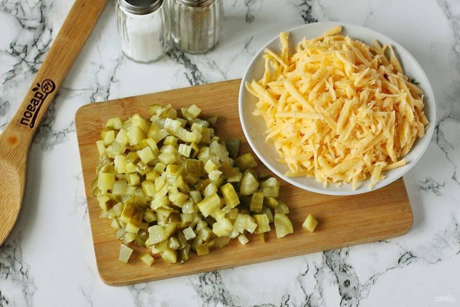 Огурцы нарежьте кубиками. Сыр натрите на терке.