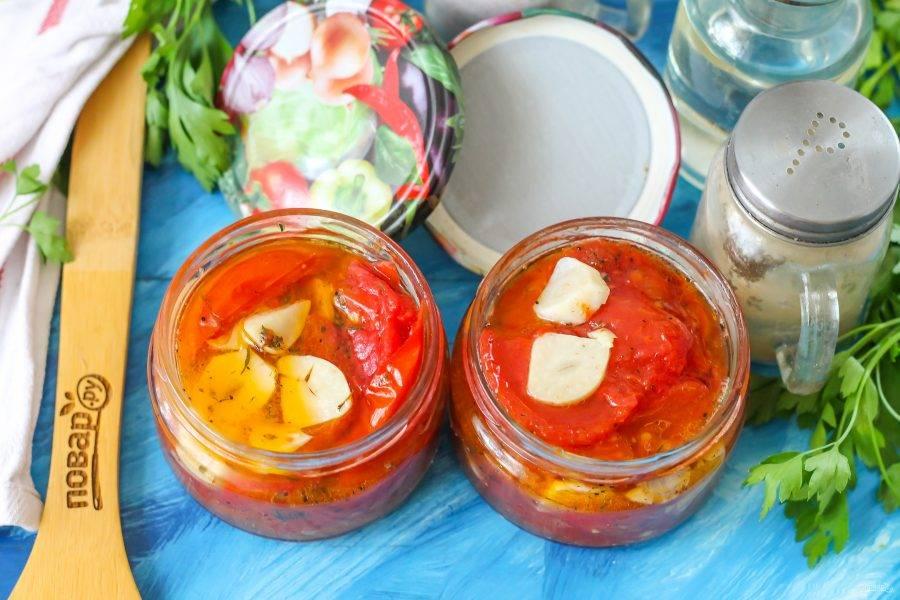 Ошпарьте банки и крышки кипятком, выложите в них жареные томаты и залейте соком до верха. Закупорьте и дайте остыть, а после перенесите на место хранения.
