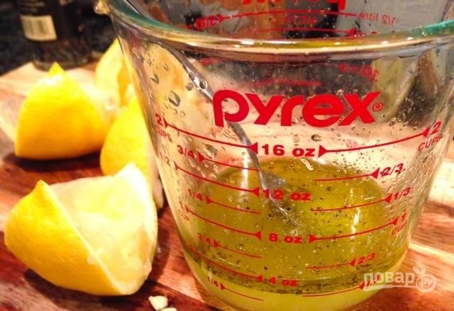 3.В мерном стакане смешайте сок одного лимона и оливковое масло, добавьте соль и перец по вкусу, смешайте.