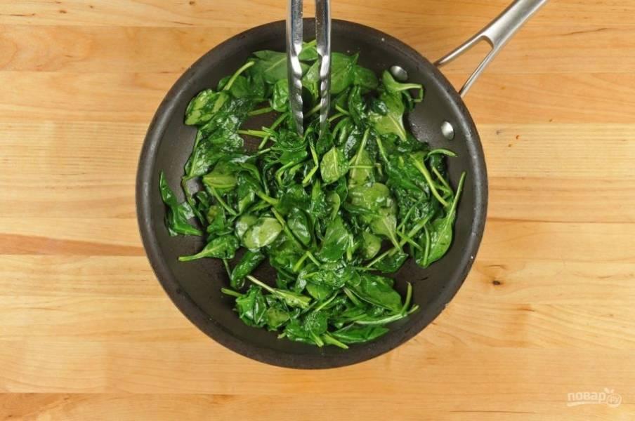 4. Тем временем шпинат выложите масло на сковороду. Тушите его 2 минуты, постоянно помешивая. В конце всыпьте соль и перец по вкусу.