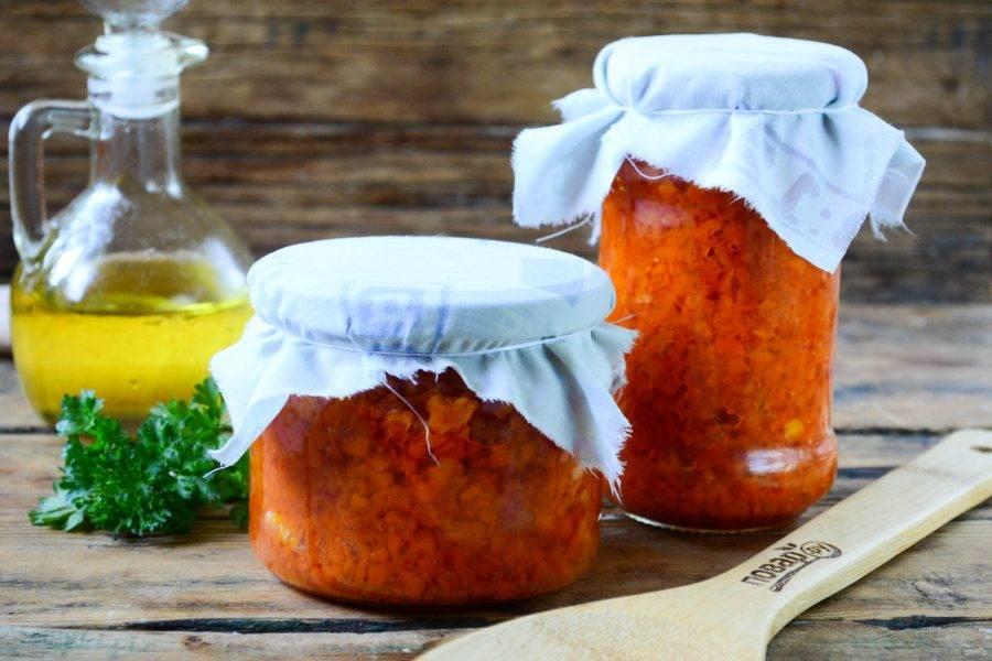 Чистые стерилизованные банки наполните морковной икрой и плотно укупорьте металлическими крышками. Кабачковая икра готова, она прекрасно простоит всю зиму в погребе или кладовке (если, конечно, ее раньше не съедят). Подавайте морковную икру к любым мясным блюдам, блюдам из картофеля и круп.