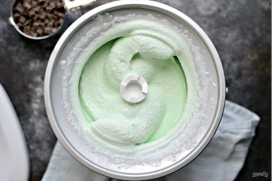 3. После этого поместите массу в мороженницу на 25 минут.