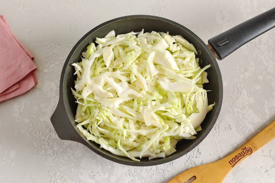 Добавьте нашинкованную тонко капусту.