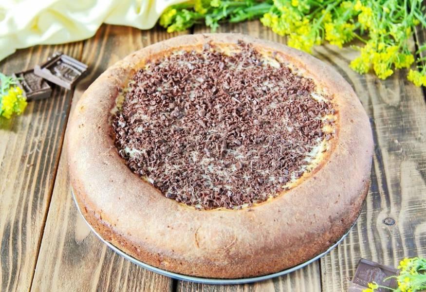 12. Дайте выпечке немного остыть, затем украсьте верх тертым шоколадом. Домашняя ватрушка с шоколадной стружкой готова.