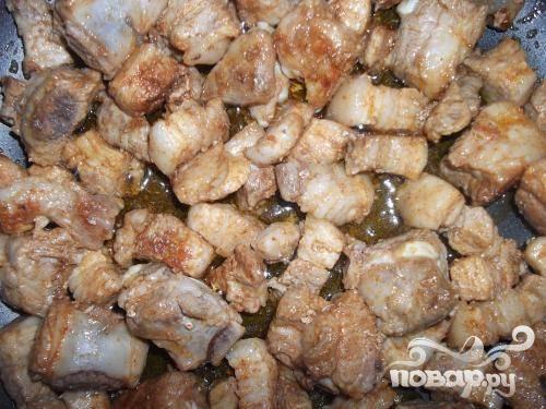 2.В глубокую, предварительно разогретую сковороду и небольшим количеством растительного масла, выкладываем мясо. Примерно минут сорок жарим.