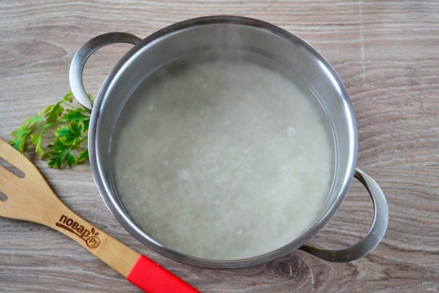 Вскипятите 2 стакана воды, добавьте рис, соль и варите до готовности риса.