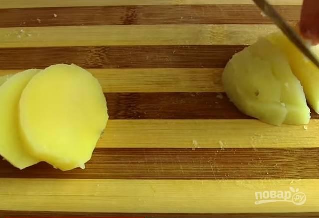 3. Заранее отварите картофель в мундире. Когда он остынет, очистите его от кожуры и нарежьте небольшими кубиками.