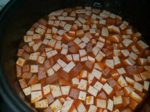 """Как только режим """"жарка"""" закончится, вливаем бульон и выставляем режим """"суп"""" на 60 минут. В это время ни в коем случае не стоит открывать крышку мультиварки, тогда суп получится идеально вкусным."""