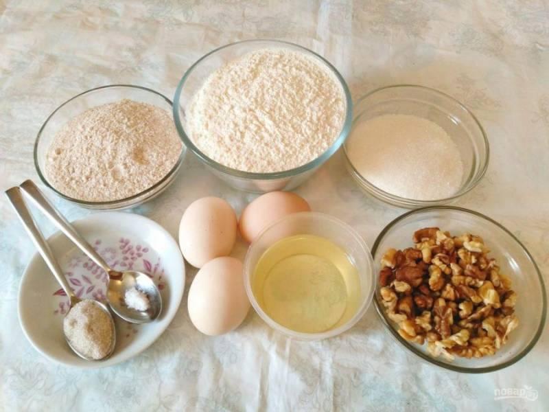 Подготовьте перечисленные ингредиенты, учитывая, что указанная смесь пшеничной муки и разрыхлителя получается путём соединения 100 грамм белой муки и 10 грамм разрыхлителя.