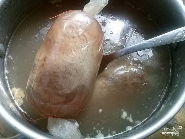 """Затем опускаете в кипящий мясной бульон, закрываете крышкой и выключаете огонь. Через 4 часа достаете """"колбаски"""", снимаете пленку и остужаете."""