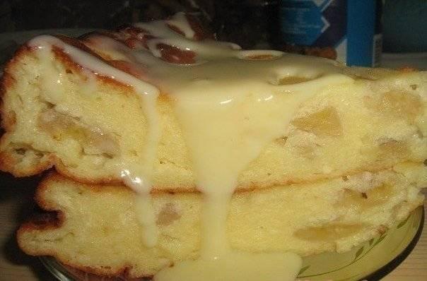 4. Нарезаем и подаем запеканку к столу. Я люблю полить сверху сгущенным молоком, джемом или просто сиропом. Приятного аппетита!