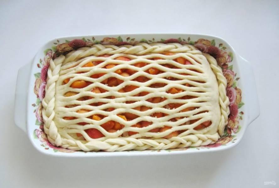 Смажьте пирог взбитым яйцом и дайте постоять при комнатной температуре 30-40 минут.
