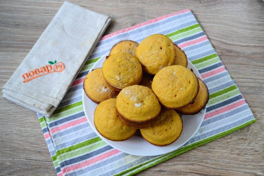 Запекайте кексы в духовке 20-30 минут при температуре 180 градусов. Готовность проверяйте деревянной шпажкой или спичкой.
