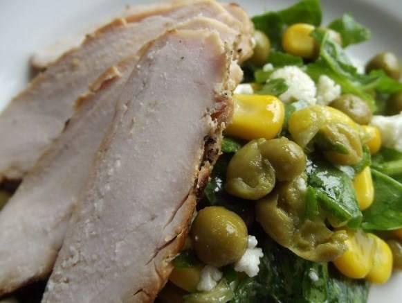 На тарелку выкладываем по несколько ложек салата, сверху кладем кусочки курочки и подаем к столу. Приятного аппетита!