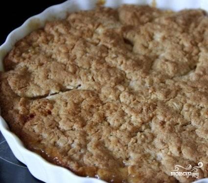 Выпекаем пирог в разогретой до 200 градусов духовке минут 40. Даем пирогу немного остыть, а затем переворачиваем его на плоское блюдо.