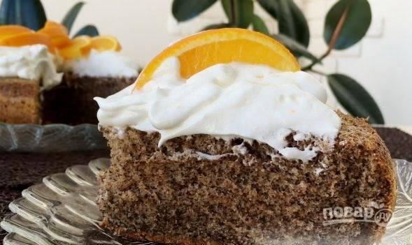 С помощью кондитерского мешка украсьте пирог кремом, а сверху уложите дольки апельсина. Приятного чаепития!
