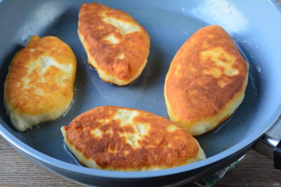 Разогрейте масло в сковороде, сделав средний огонь. Обжаривайте пирожки с двух сторон по 3-4 минуты с каждой стороны.