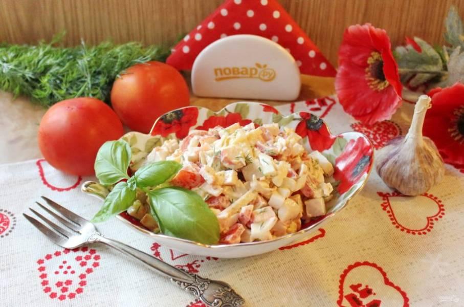 Салат с крабовым мясом и помидорами готов. Можно подавать к столу.