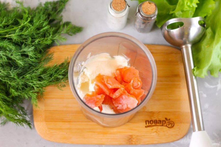 Всыпьте соль и молотый черный перец, влейте лимонный сок и кипяченую холодную воду, выложите ломтики красной рыбы. По возможности семгу нарежьте мелким кубиком - быстрее получится измельчить и соединить ингредиенты. Воду добавлять обязательно, так как масса без нее будет слишком густой и не измельчится в пюре.