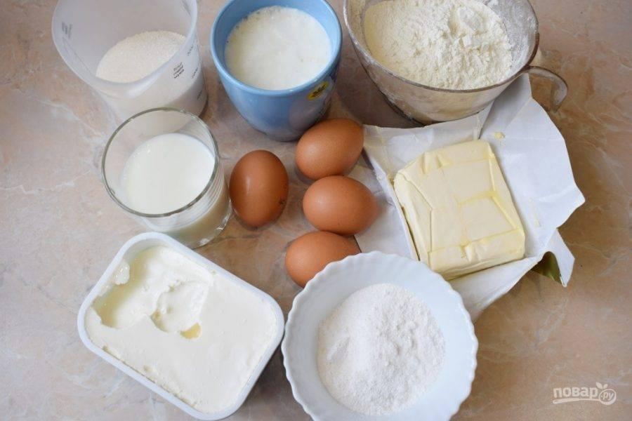 Для приготовления бисквита подготовьте все необходимые ингредиенты. Муку просейте через сито, чтобы насытить кислородом.