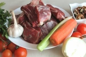 Для приготовления харчо с помидорами готовим продукты. Моем чистим и нарезаем кусочками.