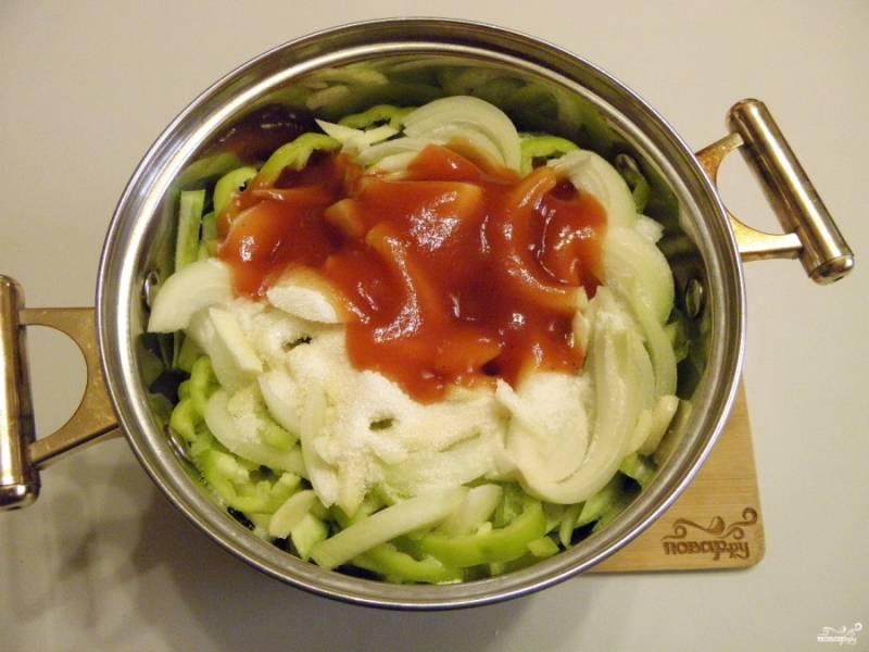 5. Сложите все ингредиенты в кастрюлю с двойным дном или в казан. Туда же влейте масло, соус, добавьте соль, сахар. Поставьте кастрюлю на небольшой огонь, доведите содержимое до кипения. В процессе тушения будет образовываться жидкость, в которой будет вариться икра. Варите 40 минут.