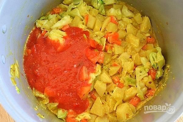 """Включите режим """"Тушение"""" на 40 минут. Влейте томатное пюре, посолите по вкусу, перемешайте и готовьте до звукового сигнала."""