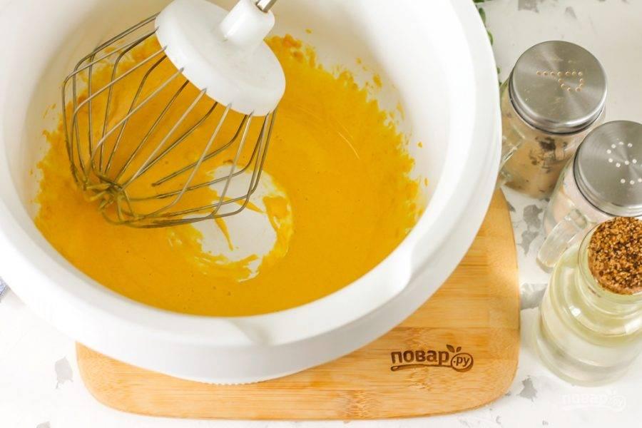 Взбейте все в течение 3-4 минут, чтобы масса слегка побелела и стала однородной. Очень важно тщательно взбить, так как если желтки недовзбить, то масло не соединится с желтковой массой.