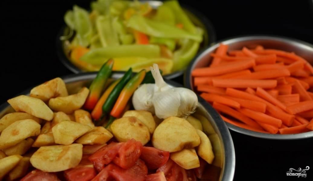 Все овощи промываем (кроме чеснока, его мы будем добавлять в конце) и мелко нарезаем.