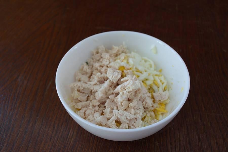К яйцу добавьте майонез, специи по вкусу (соль и перец). Можно добавить зелени. Общее количество блинов и начинки я поделила пополам. Отдельно сделала просто с яйцом, а вторую половину с яйцом и куриным отварным мясом.