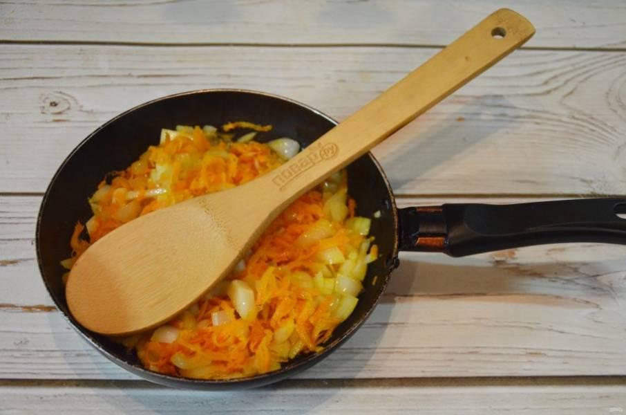 3. Обжарьте лук с морковью с добавлением масла.