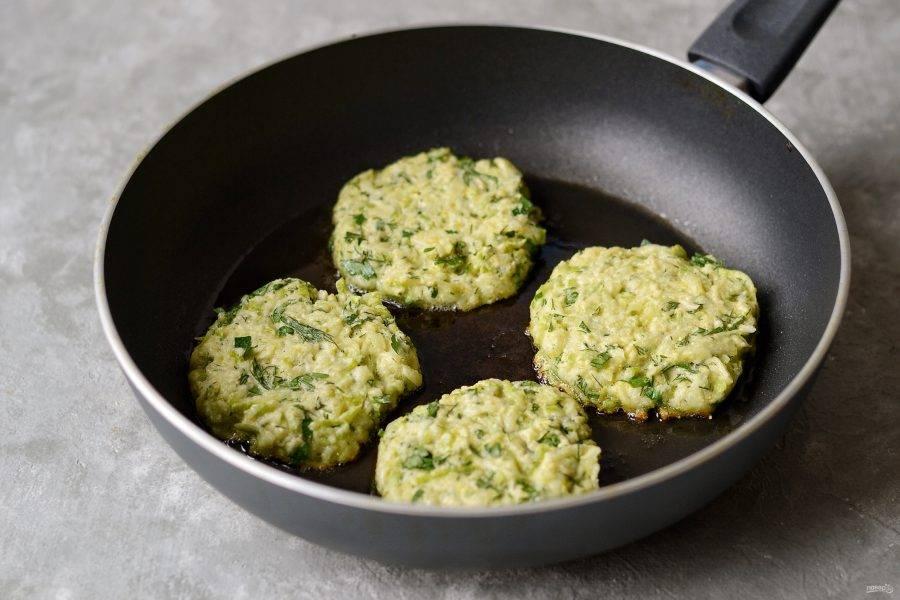 Выложите на разогретую сковороду с маслом порционно тесто. Обжарьте оладьи в масле по 3-4 минуты с каждой стороны.