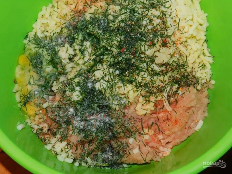 К фаршу добавьте яйцо, зелень, соль и специи. Все хорошо перемешайте.